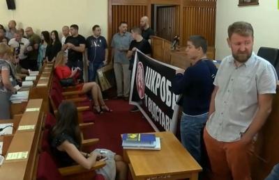 Активісти прийшли до Чернівецької облради вимагати відставки Шкроба