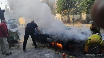 У центрі Чернівців спалахнуло Audi: на дорогу витікає бензин - фото