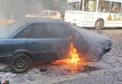 В центре Черновцов вспыхнуло Audi: на дорогу вытекает бензин - фото