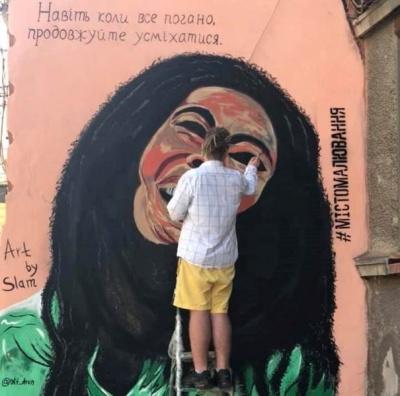У Чернівцях художники відновлюють мурал Боба Марлі