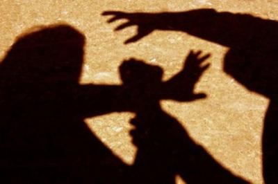 Заламували руки і били шлангом: у Дніпрі чоловіки жорстоко побили дівчину - відео (18+)