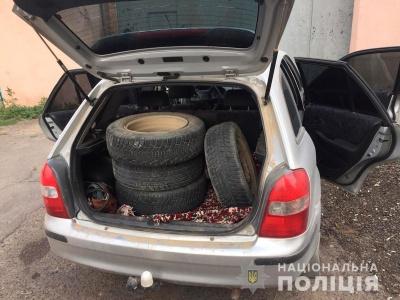 На Буковині двоє молодиків зняли колеса і номерні знаки з припаркованого авто