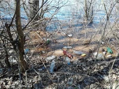 Дністер на Буковині потопає у смітті: селяни скидають мішки з човнів у воду