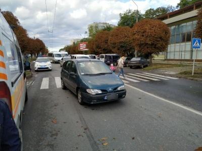 У Чернівцях «Рено» збило жінку на пішохідному переході