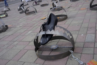 У центрі Чернівців - 86 символічних капканів: провели акцію на підтримку в'язнів Кремля