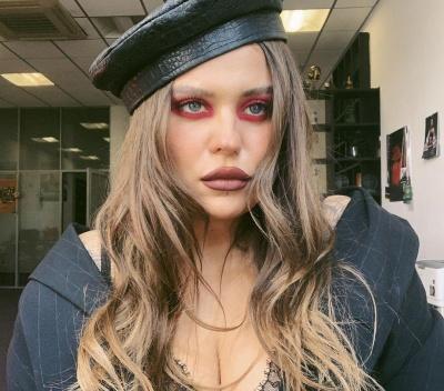 """Солістка гурту KAZKA шокувала мережу """"качиними"""" губами і безглуздим макіяжем"""
