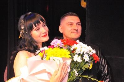 Буковинець освідчився коханій поліцейській на сцені драмтеатру - фото