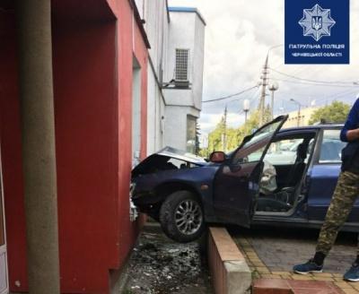 У Чернівцях п'яний чоловік в'їхав у стіну будівлі - фото