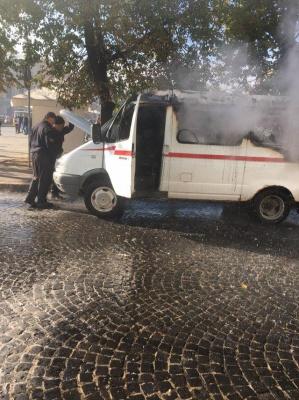 У центрі Чернівців раптово загорівся мікроавтобус – відео