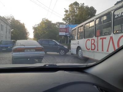 У Чернівцях позашляховик зіткнувся з тролейбусом: на Гагаріна незначний затор