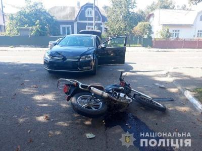 На Буковині легковик збив мотоцикліста, в нього перелом ноги