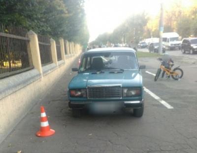 У Чернівцях біля парку Шевченка ВАЗ вилетів на тротуар і збив юнака
