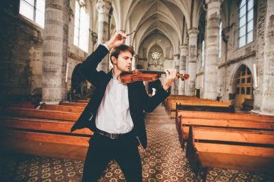 Скрипаль Костянтин Лукинюк показав атмосферну фотосесію у костелі Серця Ісуса в Чернівцях