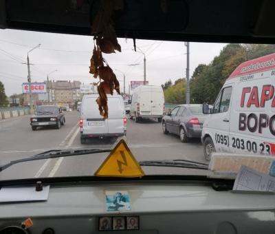 У Чернівцях - затори через ремонт Хотинської: водіїв просять об'їжджати вулицю