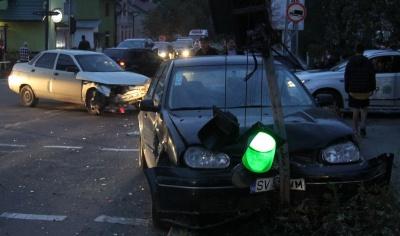 ДТП у Сторожинці: після зіткнення з авто, легковик протаранив світлофор