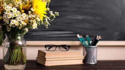 Що подарувати класному керівнику на День вчителя