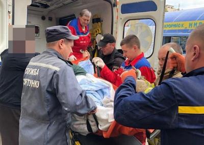 Зламали двері й урятували: у Чернівцях допомогли чоловікові з інсультом