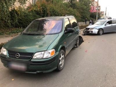 У Чернівцях п'яний водій врізався у припарковане авто - фото