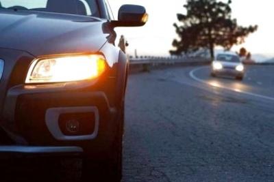 В Україні з 1 жовтня водії мають їздити з увімкненими фарами