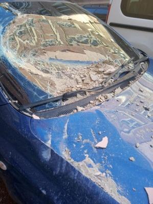 У центрі Чернівців обвалився фасад будинку і потрощив припаркований легковик – фото