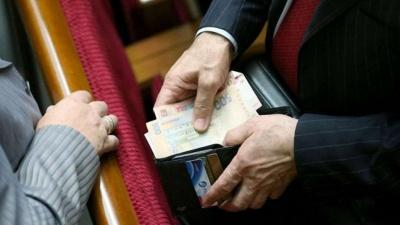 У Мазурашу зарплата більша, ніж у Порошенка. Експерт розповів, скільки мають отримувати нардепи
