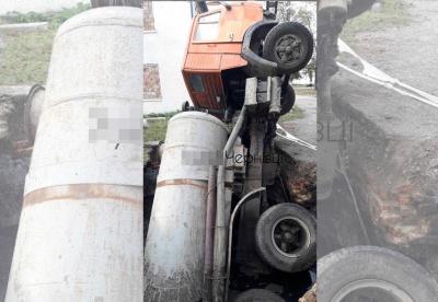 У Чернівцях вантажівка провалилась у стару вигрібну яму