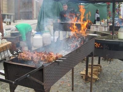 Шашлик, білі гриби: Чим пригощають чернівчан на День міста - фото