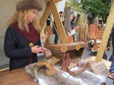 Театралізоване шоу: до Дня міста у Чернівцях представили містечко вікінгів