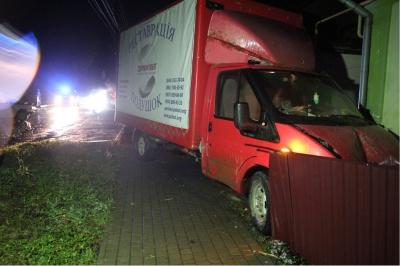 На Буковине грузовик протаранил «Жигули» и врезалась в стену дома - фото