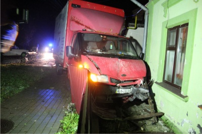 На Буковині вантажівка протаранила «Жигулі» та врізалась у стіну будинку - фото