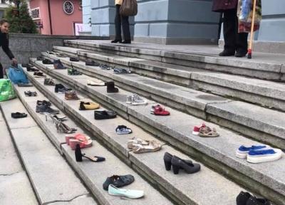 «Стоптанных обувь»: жители Гравитона устроили акцию под стенами горсовета