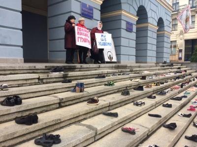 «Стоптане взуття»: мешканці Гравітону влаштували акцію під стінами міськради