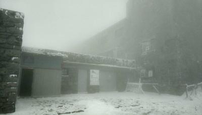 Карпати засніжило й накрило туманом