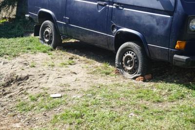 Подвійне вбивство у Кіцмані: молодик тренувався ножем на шинах