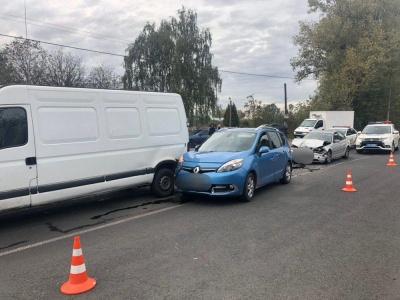 Потрійна ДТП на в'їзді в Чернівці: постраждала одна людина – фото