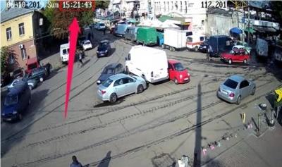 Пассажиры трамваев 2:00 переставляли с места на место малолитражку, которая перекрывала дорогу - видео