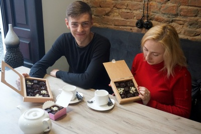 «Найприємніше – запах шоколаду»: сімейна пара у Чернівцях робить шоколадні цукерки без цукру