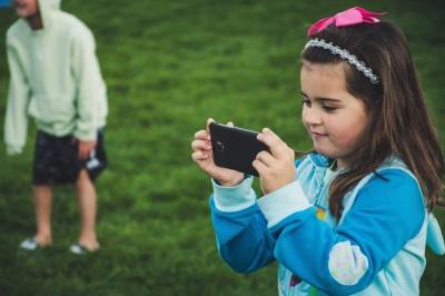 Скільки часу можна проводити дитині за гаджетами: відповідь психолога
