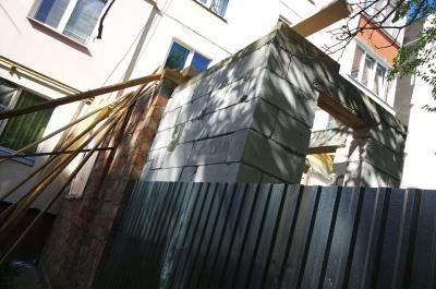 У Чернівцях роблять добудову у квартирі і руйнують багатоповерхівку