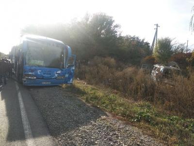 """На Буковині рейсовий автобус зіткнувся з """"бусом"""", є постраждалі"""