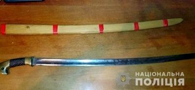 В пакеті переносив кастет та набої: двоє буковинців незаконно зберігали зброю
