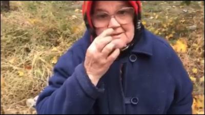 Отобрали пакет с продуктами и рассыпали по асфальту: неизвестные унизили пенсионерку - видео