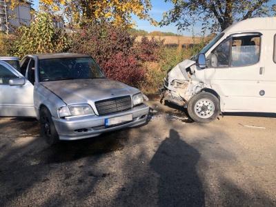 На Буковині Mersedes врізався у мікроавтобус: один з водіїв у лікарні