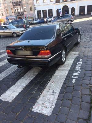 Службове авто мера Чернівців збило жінку під міськрадою – фото