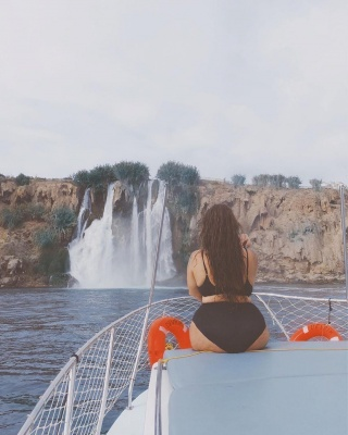 Солістка KAZKA показала пишні форми у купальнику