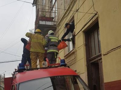 Витягнули через вікно квартири: в Чернівцях врятували літню жінку, в якої стався інсульт