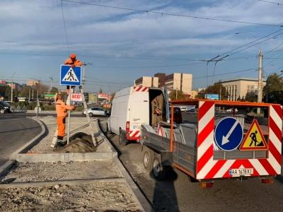 У Чернівцях на проспекті Незалежності встановлюють нові дорожні знаки