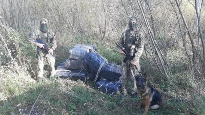 На Буковині контрабандисти втекли від пострілів прикордонників, покинувши 18 ящиків сигарет