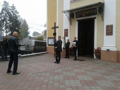 До Чернівців на похорон батька Яценюка приїхали політичні соратники екс-прем'єра – фото