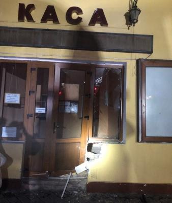 Вночі в Чернівцях п'яний водій ВАЗу розтрощив двері філармонії - фото